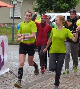Bild: Beatrice Decker Schlussläuferin beim Haglöfs-Laufteam und Nora Kusterer (vlnr)