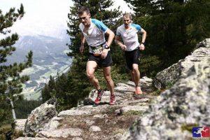 Zwei Läufer im Gelände